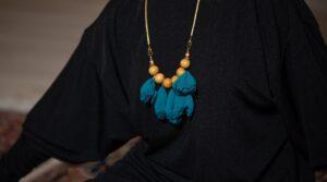 שרשרת פקעות בד כחול וחרוזים בצבע חרדל
